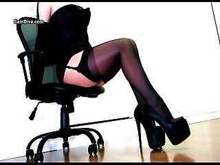 Sensual provocación en un corsé y capas de calcetería
