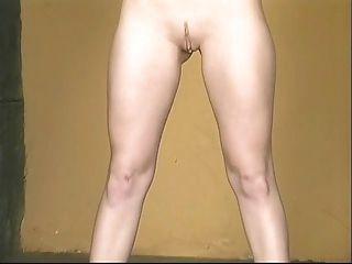 Caliente bebé en minifalda sexy amarillo extendiéndolo ancho para mostrar el coño rosa