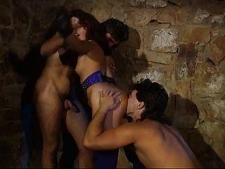 Amante alemana desata su esclavo colgado para tener un trío