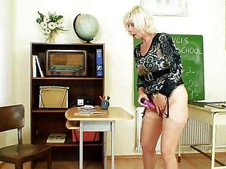 Profesor de milf le encanta masturbarse después de la escuela