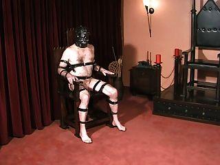Bolas de esclavos y gallo castigado por la amante gótica