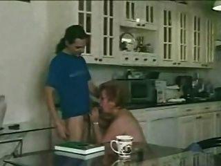 Peluda abuelita satisface joven en la cocina