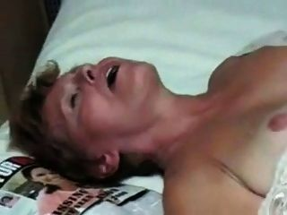 Mujer madura se folla