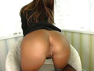 Chica asiática extiende su coño peludo