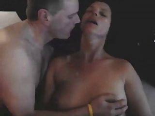 Besar a mi esposa mientras el toro la folla