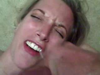 Caliente esposa recibe una enorme carga de semen en su boca!