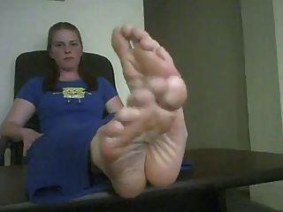 Grandes pies sexy posando