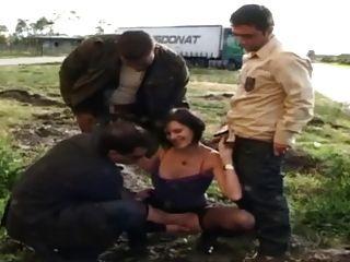 Sophie follada en pantyhose por los conductores de camiones