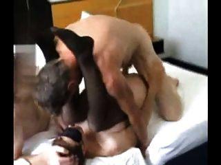 Cuchicheo compartiendo a su esposa