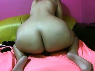 Chica con el culo grande monta su polla en la webcam
