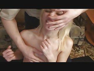 Diversión facial de la tortura con una linda rubia
