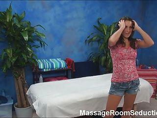 Busty adolescente seducido en la mesa de masaje