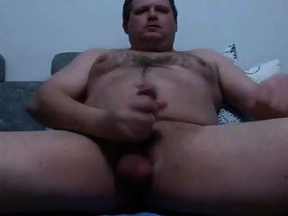 El hombre fornido se masturba