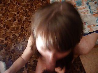 La masha de la muchacha rusa toma la carga grande en su boca.Edición cortada.