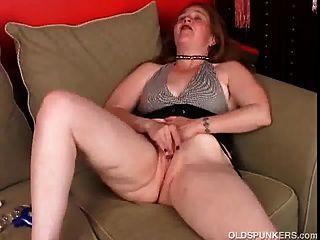 Sexy más vieja miente detrás y frigs su coño jugoso hasta