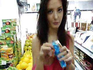 Anna exhib en una tienda muy agradable boobs y coño