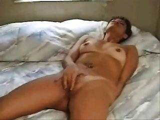 Mujer frotando al orgasmo en la cama (por edquiss)
