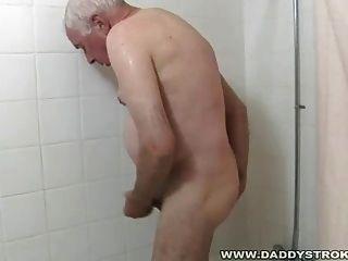 Ducha y un idiota para abuelo