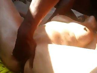 Francés maduro es arrojado a la playa por los africanos