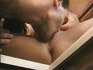 Pareja caliente disfrutando de su sexo en la cocina
