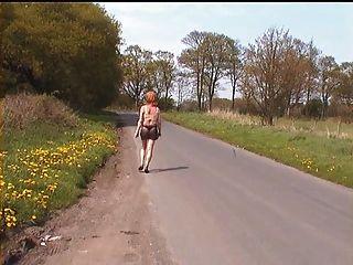 Zoe en ver a través de micro falda en las calles no bragas!