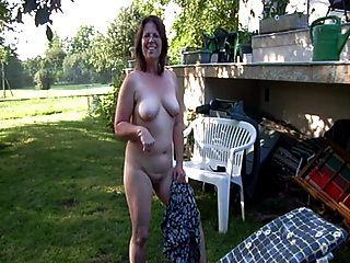 Clotilde desnuda en el jardín