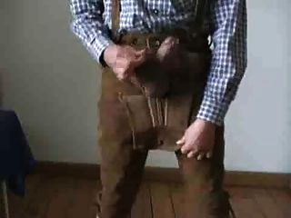 Bavarian se muestra en sus lederhosen