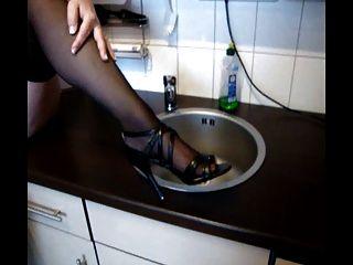 Abuelita alemana juega con el coño y las tetas en la cocina