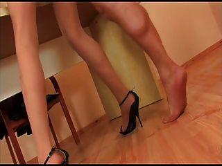 Chica pantyhose con tacones negros se está follando