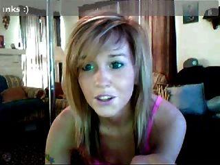Rubia en la webcam que muestra su destreza habilidad habilidad.