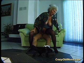 La vieja mamá loca consigue la polla grande oral y en coño profundo