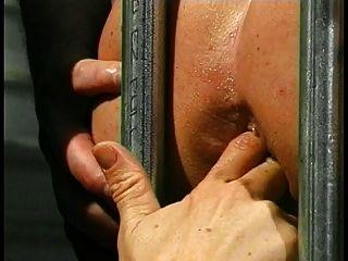 Linda joven morena folla a su esclavo enjaulado muchacho en su culo con la correa en