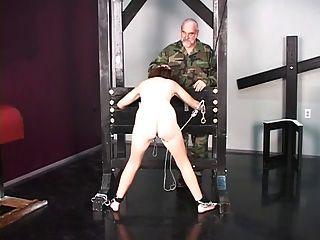 Linda morena prisionera de guerra es despojada desnuda antes de la tortura interrogatorio