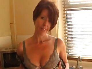 Milf sexy se muestra en la cocina