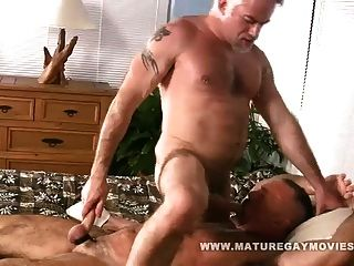 Dos papás maduros calientes y peludos follando el uno al otro