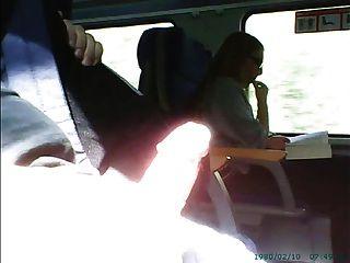 Masturbación delante de chica en gafas en el tren