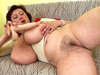 Hermosa madre madura con tetas enormes y perfecto maduro