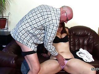 Viejo abuelo no seduce niña a primera mierda
