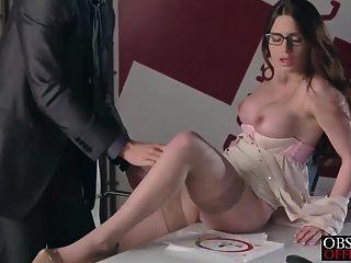 Veronica va a conseguir una carga en la oficina de su jefe estricto