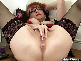 Milf rojo británico trabaja su coño maduro dulce