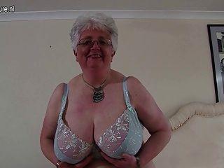 Abuelita de gran breasted británica jugando con ella