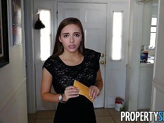 El agente inmobiliario joven caliente del propertysex folla al cliente para la venta