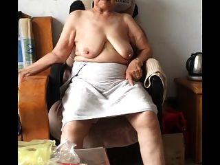 Asiática 80+ abuelita después del baño