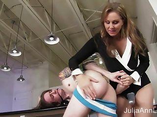 Madrastra julia ann fucks hijastro en el culo!