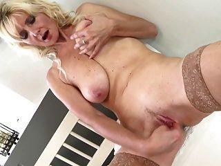 Mamá sexy con tetas flacas y vagina sedienta