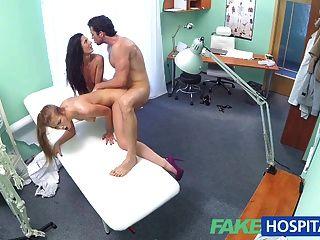 Enfermera caliente de fakehospital se une a pareja en trío