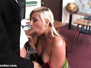 Rubia caliente follada por su maestra después de clase!