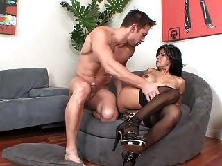 image Puma caliente madura en medias y tacones golpeando en el sofá