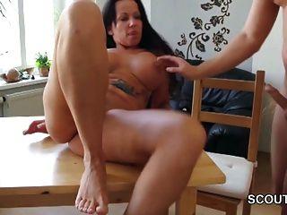 Paso hijo cogido no madre desnuda en cocina y seducir fuck