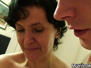 Coño peludo viejo sexo de la madre y del muchacho